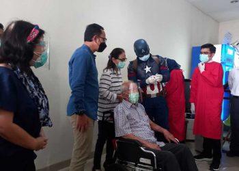 Lansia tertua di Indonesia Wirjawan Hardjamulia berusia 104 tahun menjalani suntik vaksin dosis kedua. (BS)