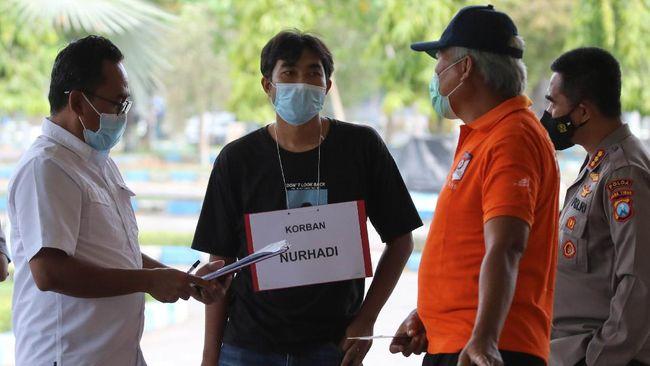 Polisi olah tempat kejadian perkara (TKP) kasus dugaan kekerasan terhadap jurnalis Tempo. Foto: Antara