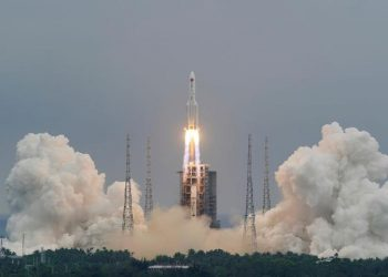 Lepas landas dari Pusat Peluncuran Luar Angkasa Wenchang di provinsi Hainan, China 29 April 2021. [China Daily via REUTERS]