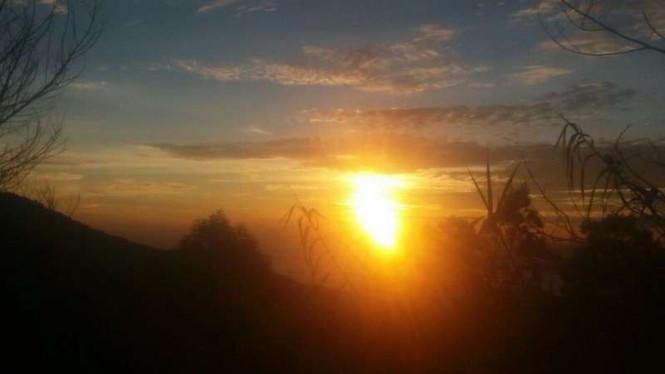 Cuplikan matahari terbit dari utara.