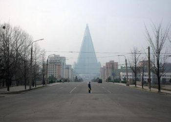 Kemegahan Hotel Ryugyong yang terpancar dari kejauhan. (AFP PHOTO / Ed Jones)