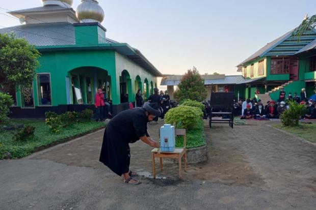 Jamaah An-Nadzir mencuci tangan sebelum memasuki area salat Idul Adha di halaman Masjid Baitul Muqaddis, Romang Lompoa.